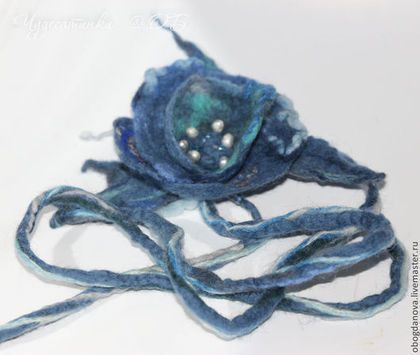 Купить или заказать Брошь цветок  'Моя джинсовая радость' :-) в интернет-магазине на Ярмарке Мастеров. Цена за 1 штуку :-)) просто, сделались они как-то парой:-) универсальное украшение в синей гамме, основной цвет - джинсовый, т.е. очень хорошо смотрится с джинсами :-)) очень лёгкое и многофункциональное. Длинный шнур позволяет его использовать и как браслет, и как пояс, и как украшение на волосы или шею. Почти невесомое, валяное, с элементами нунофелтинга, дополнено бусинками.