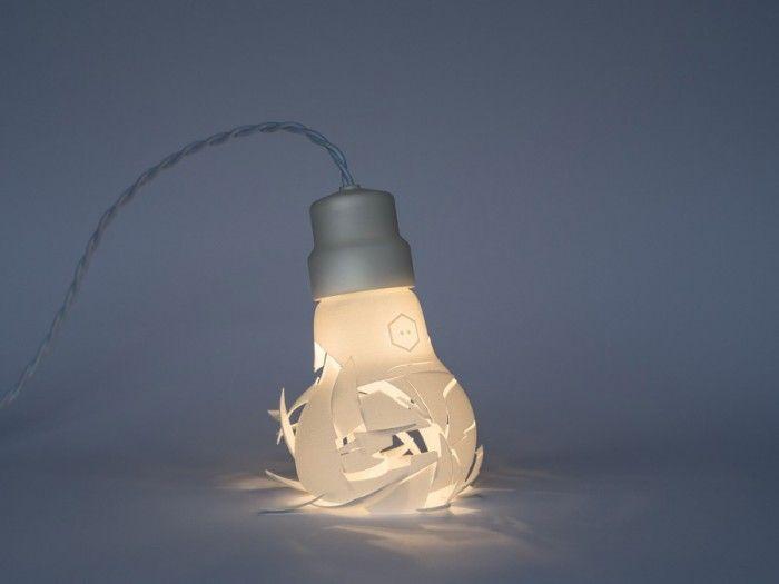 Oops_I_dropped_the_bulb --- Le lampadine sono di nylon bianco, adatte a vari scopi. Mentre le lampade convenzionali sono alimentate da un LED caldo 6W e vengono fatti funzionare attraverso un trasformatore 12V 110V/220V. Ciascuno dei tre elementi che fanno parte della collezione hanno il prezzo 399 €.