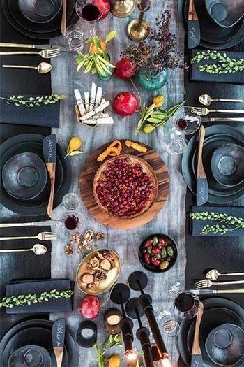 ブラックのテーブルにナチュラルな白いテーブルランナーを敷けば、料理を引き立てる演出になります。