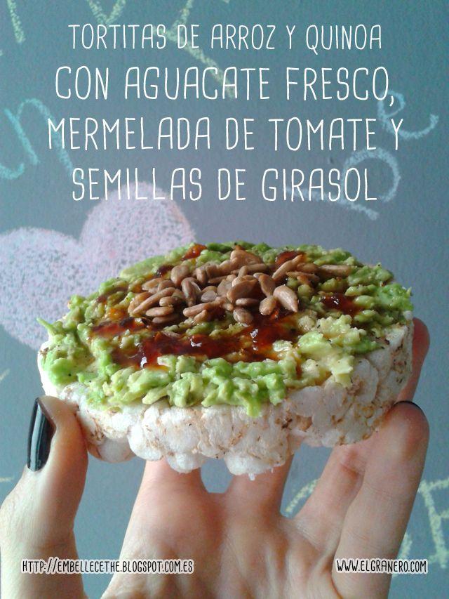 Tortitas de Arroz y Quinoa de El Granero Integral con aguacate fresco, mermelada de tomate y semillas de girasol