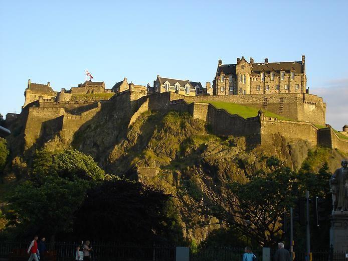 Эдинбургский замок - древняя крепость на Замковой скале в центре шотландской столицы - Эдинбурга. На протяжении всей своей истории крепость являлась своего рода «ключом к Шотландии». Сооружённый первоначально ещё в период раннего средневековья, замок капитально перестроен в начале XVII в. и приспособлен для обороны с использованием крепостной артиллерии.
