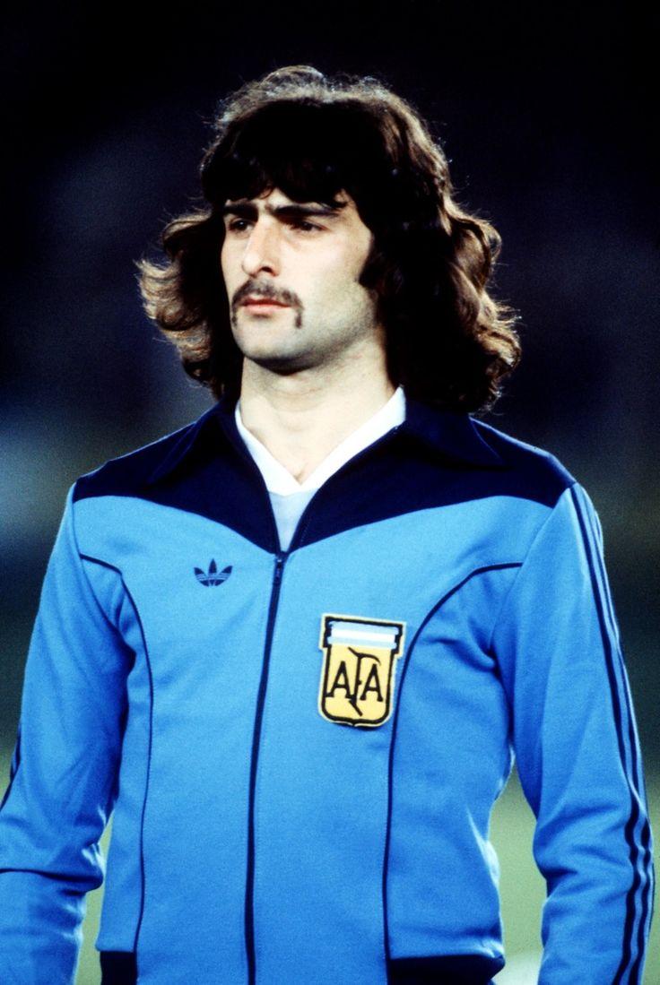 "Mario Kempes, ""El Matador"", '70s/'80s Argentina national football team striker #calcio #sport #argentina #storia #stile"