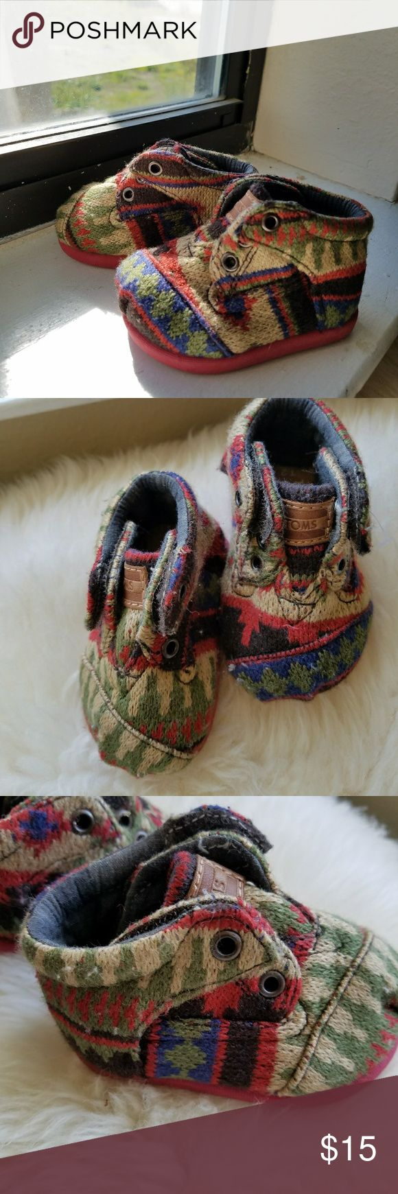 Aztec Baby Tom's shows size T2 Shoes are a fabric with aztec pattern in red, blue, green, tan and black, with double velcro. Very clean. Fabric is a tiny bit fuzzy. Shoes Baby & Walker