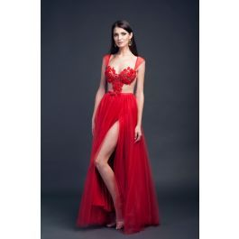 Rochie lunga rosie din tull cu bust în formă de inima brodată manual. Rochia este despicată pe un picior, iar la spatele este cu dantela. Bustul este susținut de cupe, iar rochia se închide la spate cu fermoar.