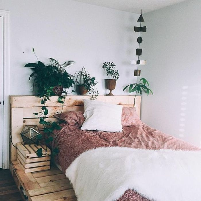 magnifique lit en palette avec tête de lit palette, table de lit en palette, plantes, ambiance zen, propice au sommeil