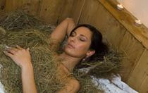 Ahrntaler Heubad.   Das traditionelle Bad für den gesamten Bewegungsapparat. Die natürlichen Kräuter die im Bergheu enthalten sind, fördern die Durchblutung, lockern die Muskulatur und reinigen sanft die Haut. Ein ganzheitliches Behandlungserlebnis mit Kneippguss und entsprechender Nachbehandlung.