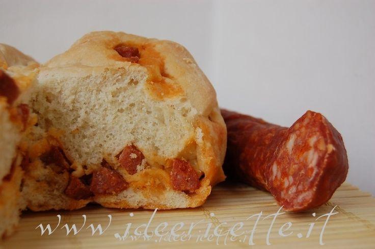 Ecco la ricetta del pane con il chorizo (salsiccia spagnola piccante e stagionata) che ho visto e preso da un libro di ricette che avevo in casa dimezzandone le dosi per non avere una pagnottona gigante...