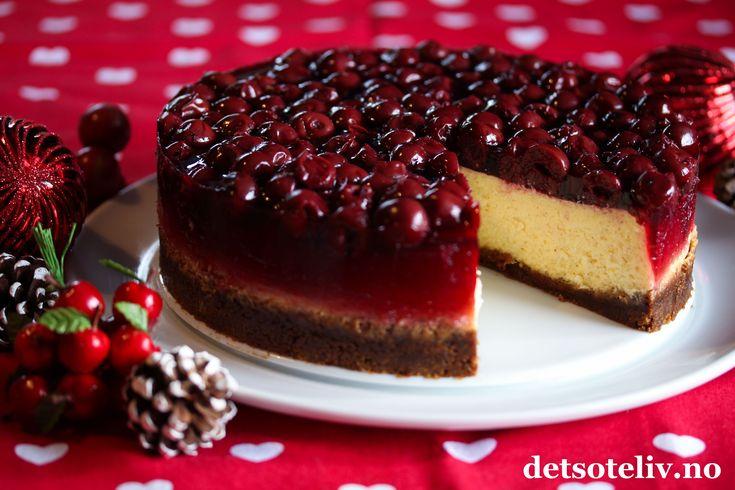 Ostekake med pepperkakebunn og kirsebærlokk