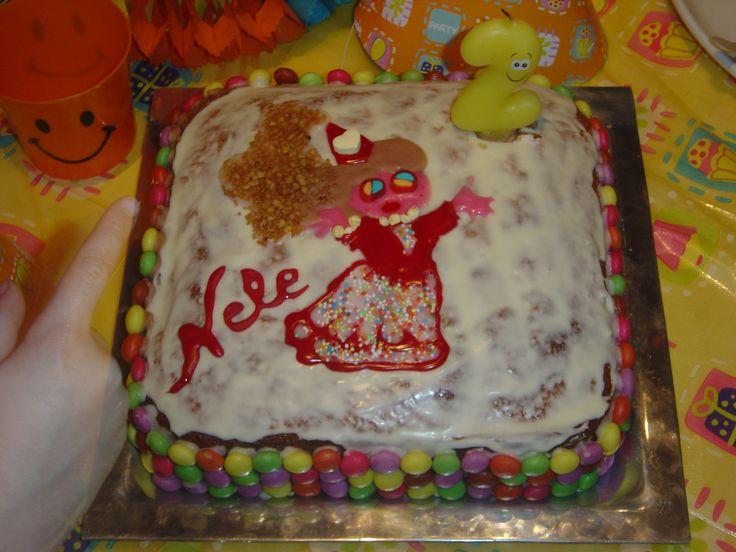 Weinig tijd ? 4/4 cake, aardbeien confituur als vulling, glazuur en heel veel smarties. Ziet er niet zo professioneel uit, maar je princess heeft alvast een princessentaart :-)