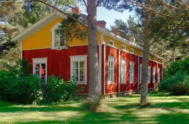 Vanha suomenruotsalainen talo - maalaistalo maatalo puutalo punamulta pohjalaistalo pohjanmaa keltainen kristiinankaupunki kaksikerroksinen maaseutu pihamännyt ruohikko heinäkuu kesä hx1.2