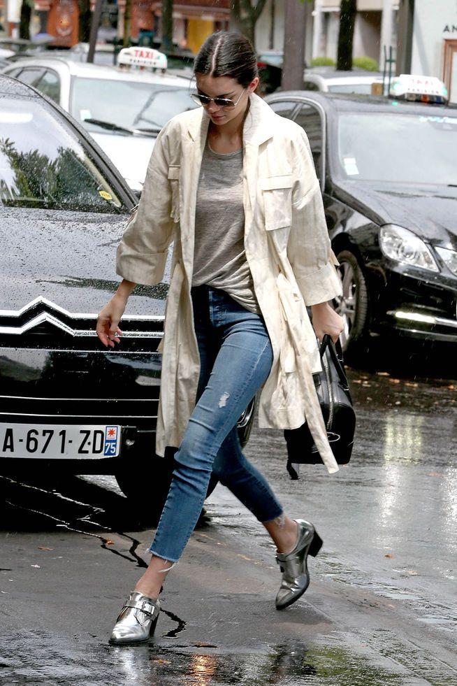 Kendall Jenner in Paris mit einer abgeschnittenen Jeans.