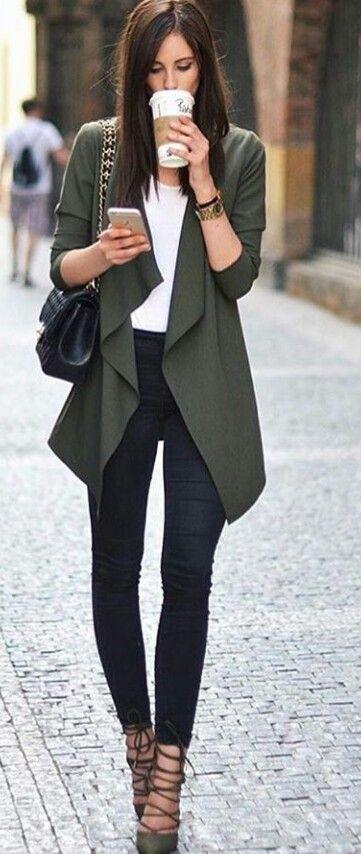 Ouffit ideal para el trabajo.Elegante y casual.Jean negro,camisa blanca y Chaqueta syelta verde oliva.