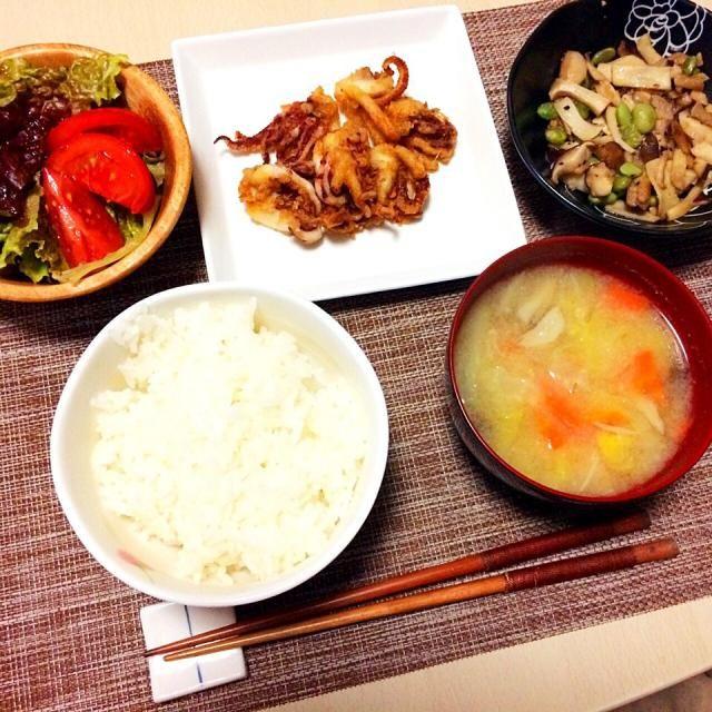 夕飯です。 - 10件のもぐもぐ - ⚪︎イカゲソの唐揚げ ⚪︎きのこと枝豆のソテー⚪︎春キャベツの味噌汁⚪︎サラダ by HandN