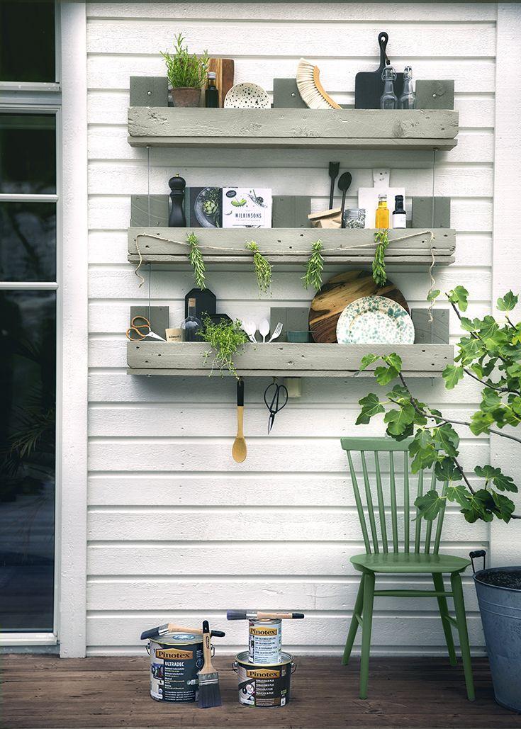 HYLDER Ekstra hylder til værktøj, køkkenredskaber eller måske lidt krydderurter. Praktiske og nemme - se hvordan du gør her: http://www.pinotex.dk/inspiration-farver/den-alsidige-palle/hylde/