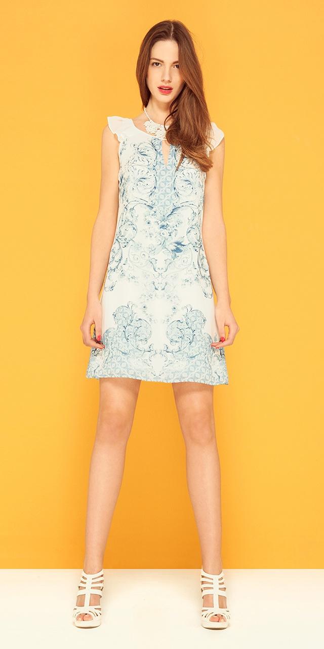 Платье из саржевой ткани с рисунком, драпировкой на плечах и отверстиями по передней линии выреза (4 049 руб). Сандалии с ремешками, украшенными кнопками (2 999 руб). Стоимость комплекта: 7 048 руб #Motivi #Motivistyle #Motivifashion #Motivisummer #Summer #fashion #urban #romantic #dress