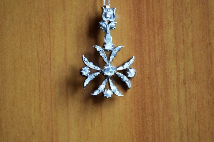Witgoud ketting met 'Croce di Malta' (Maltezer Kruis) en 32 antieke geslepen diamanten  Antieke Maltezer Kruis met een lelie die boven de 18 kt wit goud Venetiaanse ketting te verbinden.De centrale diamant van het Kruis is de grootste; de anderen maken het Kruis en versieren van de lelie. De diamant-instellingen zijn zilver en de basis is geelgoud.Afmetingen: Ketting: 39 cm - Cross hoogte: 40 mm - Cross breedte: 24 mm.Deze kavel zal zorgvuldig worden verpakt in het betreffende vak voor de…