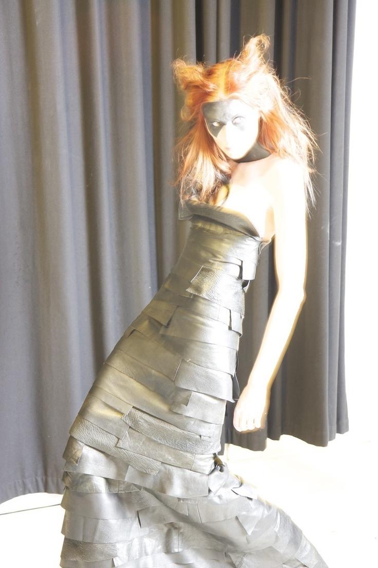 TRASHION. Muotiblogari, kierrätysmuotitaiteilija Outi Pyy toi Etkoille monta säkillistä vanhoja nahkatakkeja, ja opasti tekemään nahkapaloista näyttäviä pintoja vaatteisiin ja asusteisiin - tarvittiin vain sakset ja liima. Kuvassa Outin tekemä mekko mallin päällä.   www.outsapoptrashion.com