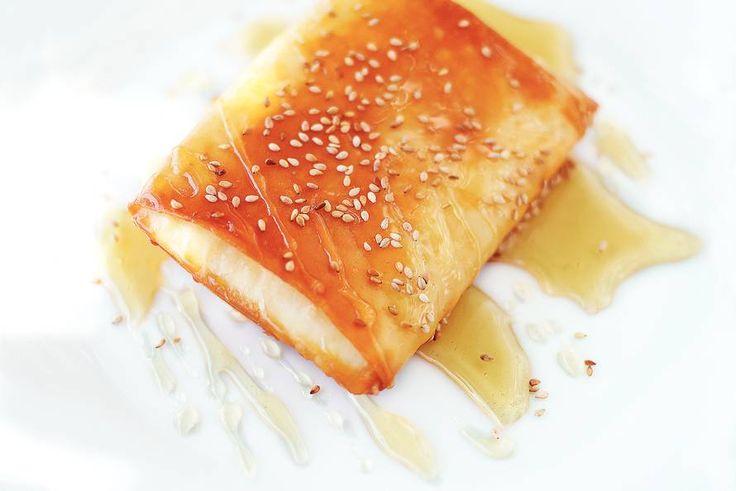 Kijk wat een lekker recept ik heb gevonden op Allerhande! Filodeegpakketjes met witte kaasblokjes en honing
