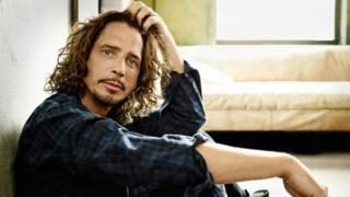 """Muere a los 52 años Chris Cornell cantante de la banda Soundgarden y pionero del movimiento """"grunge""""   El cantante Chris Cornell líder de la banda Soundgarden y pionero del movimiento """"grunge"""" murió a los 52 años tras un concierto en la ciudad de Detroit en Estados Unidos. Así lo confirmó este jueves el representante del músico quien no dio detalles sobre las causa del fallecimiento. Seguir Leyendo http://www.bbc.com/mundo/noticias-39963433 Noticias pelfectos"""