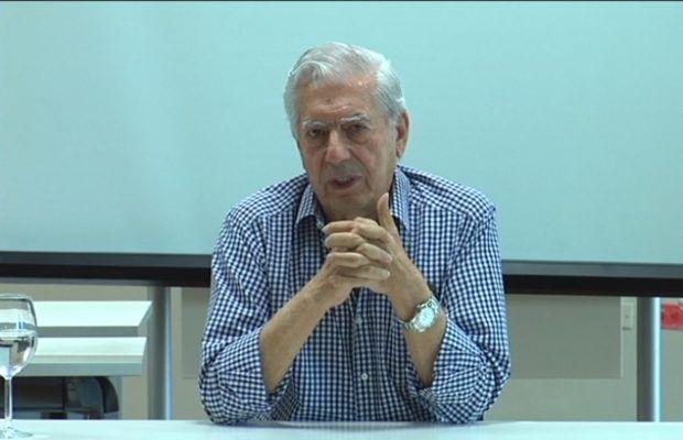 Mario Vargas Llosa se reune con jovenes escritores dominicanos