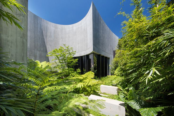 We drop by a striking Melbourne garden designed by Taylor Cullity Lethlean. Words by Georgina Reid. Images by John Gollings and supplied by T.C.L.