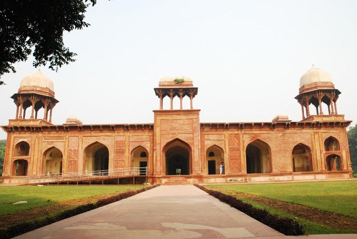 The tomb of Mariam-uz-Zamani is the resting place of Jodha Bai, the favorite wife of Mughal Emperor Akbar. She gave birth to Jahangir, the next Mughal Emperor, which is why she was given the title of Mariam-uz-Zamani (Mary of the Age). The tomb is significant as it is quite magnificent in its own way. It is in the town of Sikandra that was built by Sikandar Lodi
