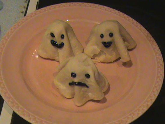 Estos tenebrosos fantasmitas, acompañados de sobras de ensalada del medio día y una calabaza frita, a tiritas, como si patatas fritas ...