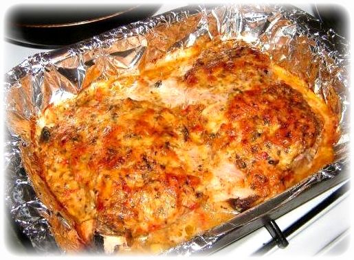 Изумительная свинина с чесноком, запеченная с грибами и томатами под сыром