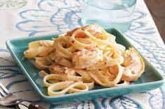¡Sabemos que esta receta te enamorará! Cocina hoy mismo este fetuchini Alfredo de camarones con chipotles.
