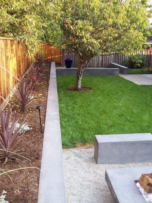 Low Cement Retaining Walls As Architectual Element In Backyard In 2020 Front Yard Landscaping Modern Landscaping Landscaping Along Fence