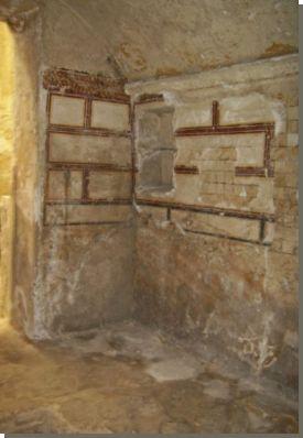 Imitatie albasten tegels, graf Anfoesji. Op een landtong bij de westelijke haven van Alexandrië zijn vlak bij het paleis Ras at-Tin graven ontdekt die dateren uit de 3de en 2de eeuw voor Christus. De vijf graven zijn uitgehakt in de kalkstenen rotsen die ooit het eiland Pharos vormden. De twee grootste graven werden ontdekt in 1901 en de overige drie in 1921. Alle graven vertonen zowel Griekse als Egyptische kenmerken. Lees het volledige artikel op Kemet.nl