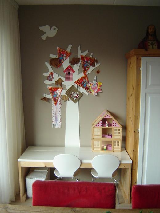 Leuke boom achter kindertafel in huiskamer