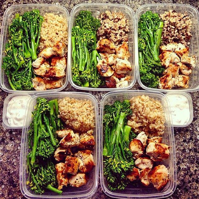1/2 cup brown rice (top 2 have a mix of wild rice too || 3.5 oz marinated chicken souvlaki || 90g steamed seasoned broccolini || 30g greek yogurt tatziki (store bought); Also made ground turkey and more kabocha to be on standby for other meals. Schedule all over the place this week #mealprepmondays #mealprep