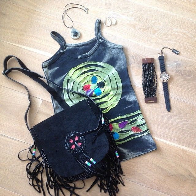 Stoere Ibiza, bohème look! Handmade shirt, handmade Ibiza, Boho bag, handmade ketting met zwarte steen, handmade kralen armband & zwart horloge! Nu met de kortingscode: taxfree21%, 21% korting op de gehele collectie in de maand juni! Tot ziens op www.fabstyle.nl #fabstyle #tas #boho #ibiza #fairtrade # zomer# handmade# jewelry# hemdje# ketting# zwart# hippie#
