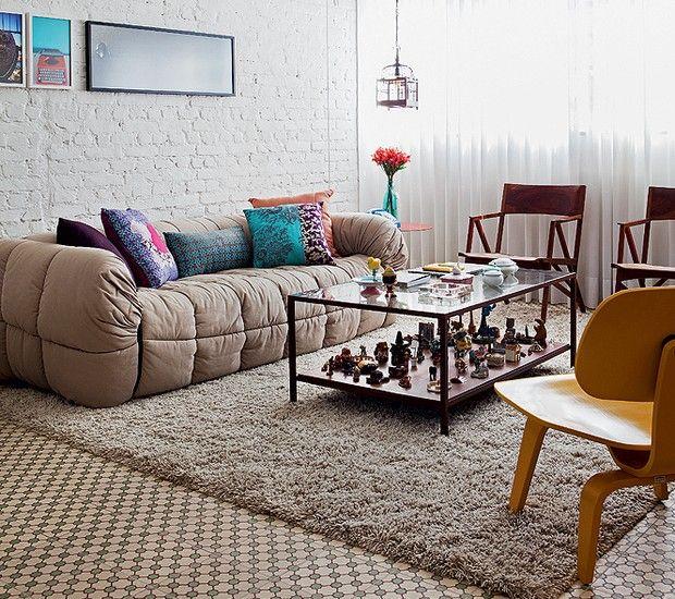 Materiais vintage, como o piso de ladrilho hidráulico, trazem conforto à casa. Junto a ele, paredes brancas e sofá bege são perfeitos para a tranquilidade. Projeto do designer de interiores Marcel Steiner (Foto: Lufe Gomes/Casa e Jardim)
