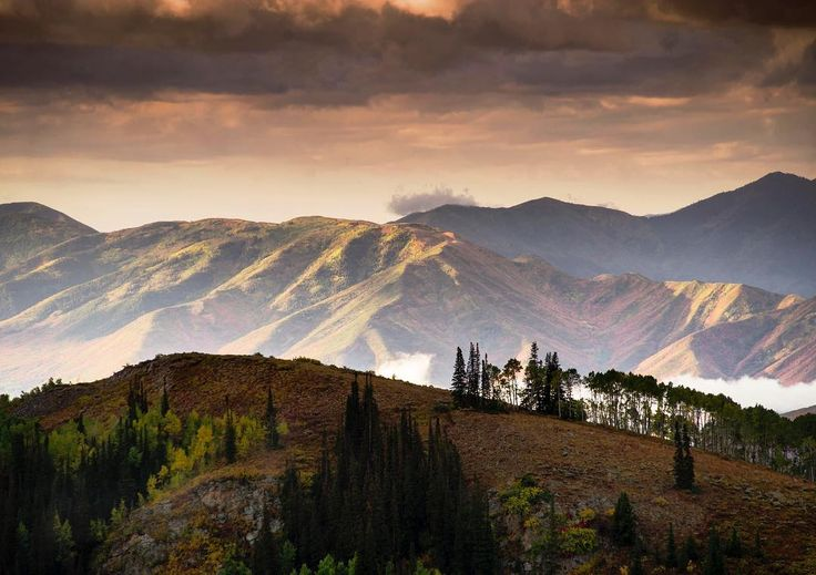 Looks like there is some weather in the forecast 😁 the riding is going to be so good this weekend. #mountains #autumn #fall #sunrise #wasatch #storm #parkcity