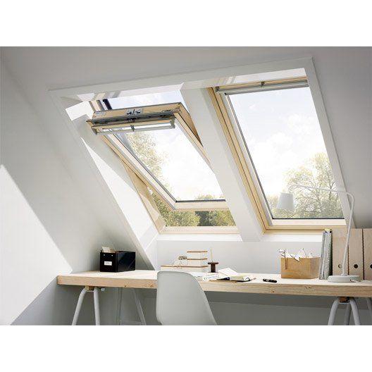 Les fenêtres Velux donnent la possibilité de rendre un bureau en sous pente lumineux. #bureau #velux #lumineux