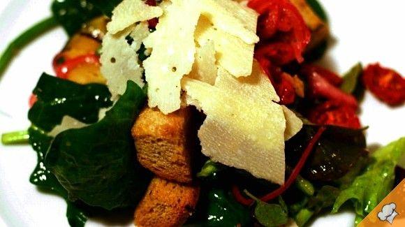 Зеленый салат с жареными баклажанами и сыром пармезан