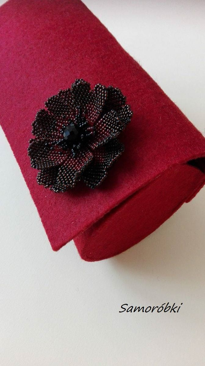 kopertówka z filcu, krój własny, ozdobą jest kwiat peyote. Wzór znalazłam tu:     https://pl.pinterest.com/pin/218213544423058410/