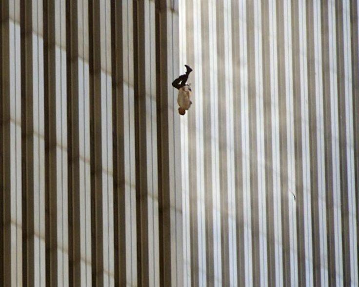 Spadający mężczyzna. Zdjęcie wykonane przez Richarda Drewa 11 września 2001 roku w Nowym Jorku.