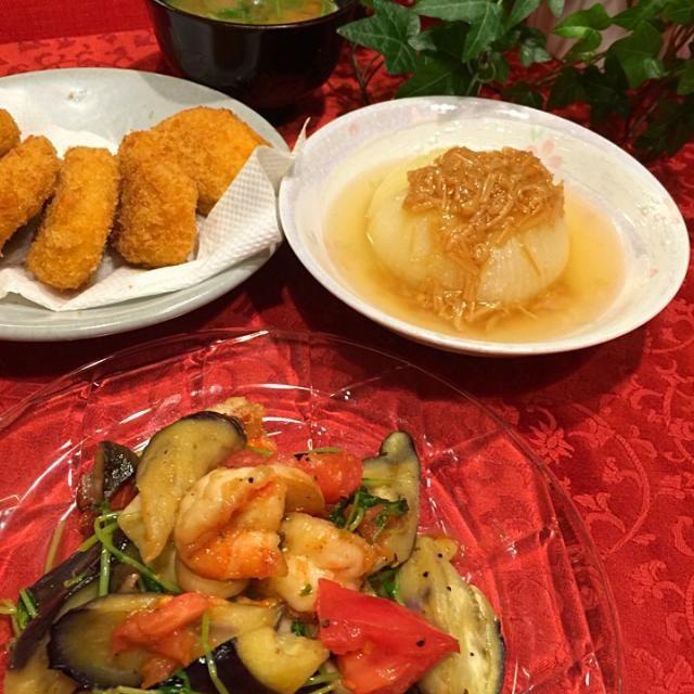 reiさんの新玉ねぎとなめたけ 海老・ナス・エリンギ・トマト・豆苗のガーリック炒め コロッケ なめこのお味噌汁  新玉ねぎは、コンソメで煮込んでやわやわにしました。 甘くてとろ〜り美味しくて、子供達も一個ペロリと食べちゃった  reiさん、美味しいレシピをありがとうございます  あいママちゃんのお料理見て、⭐️付けてたんで、食べ友お願いします - 147件のもぐもぐ - reiさんの料理 新玉ねぎとなめたけ by Mina0602