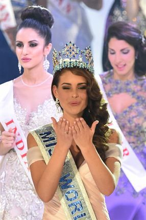 mIss #SouthAfrica and the 2014 #MissWorld, Rolene Strauss (C), blows a kiss during the grand final of the Miss World 2014 pageant. (Photo by AFP/Leon Neal)