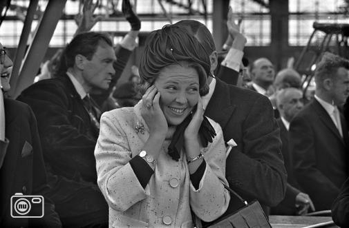 1965 Beatrix houdt oren dicht | nuentoen.nl | NU - Een historische blik op het nieuws.