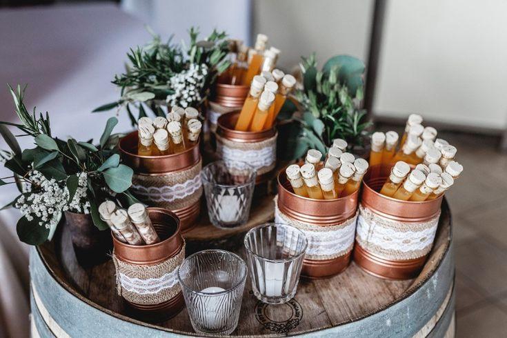 Likör im Reagenzglas als Gastgeschenk bei der Hochzeit. Foto: Anika Raible