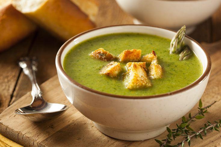 O supa extrem de nutritiva, perfecta pentru zilele de primavara, cand organismul are nevoie de vitamine si energie. Serveste supa-crema de sparanghel cu crutoane, parmezan sau frunze de patrunjel, pentru a-i da un gust si un aspect deosebit.