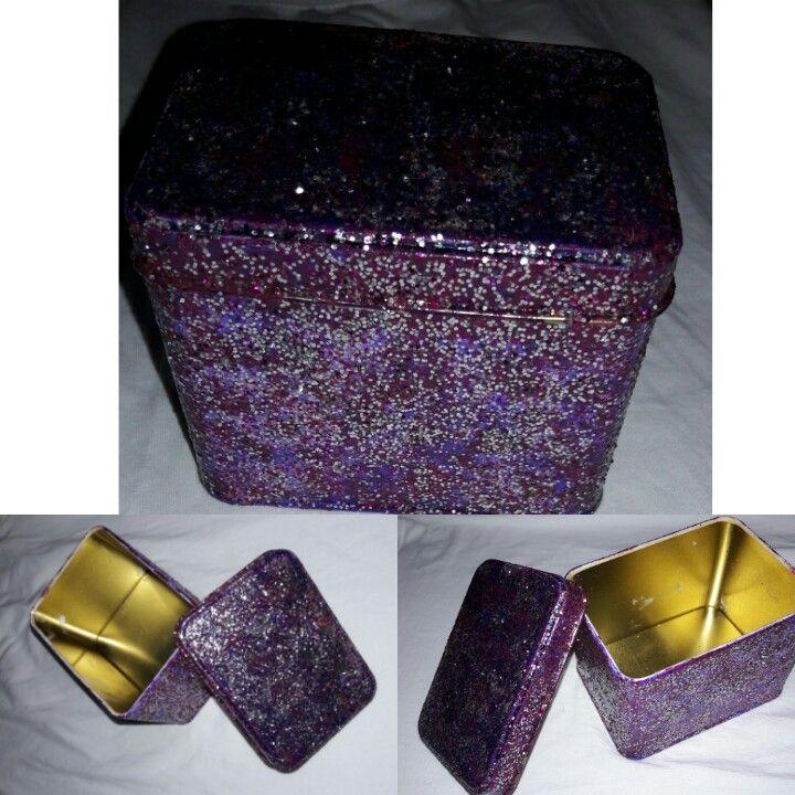 metal bir kutunun mor oje,tutkal,duvar efekt simleri ve vernik ten yaptığım takı kutusu