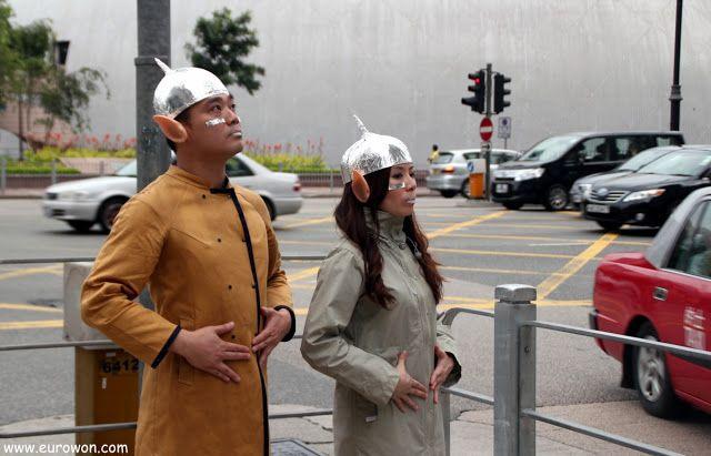 Hongkoneses disfrazados de alienígenas para promocionar el Museo del Espacio.