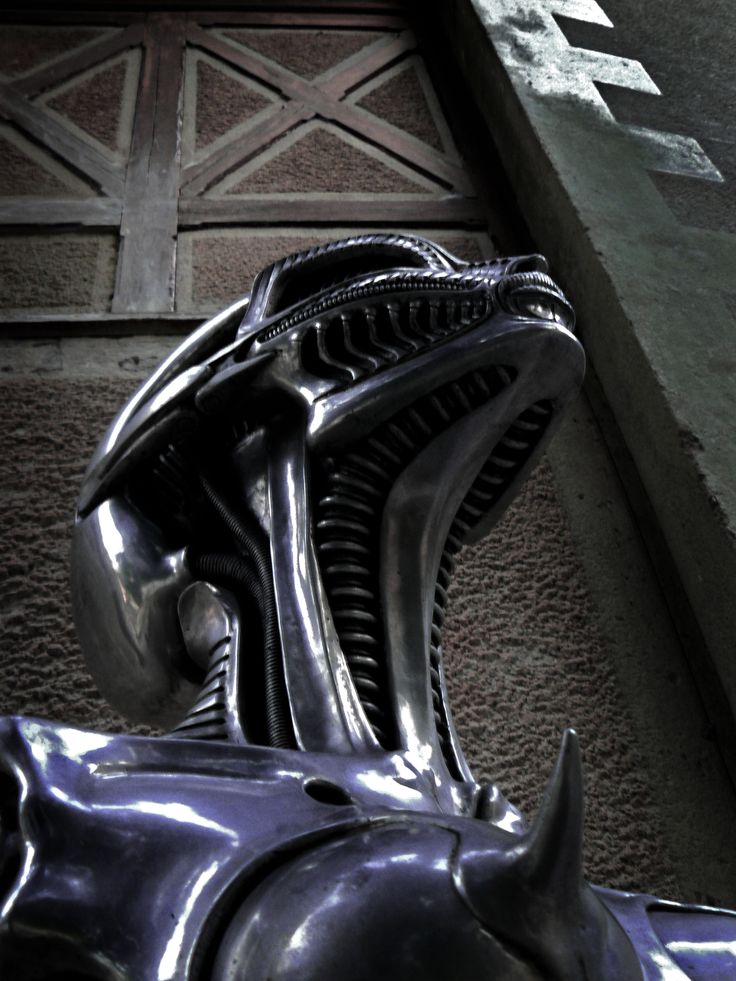 Rzeźba przed Muzeum H.R. Gigera, Gruyeres