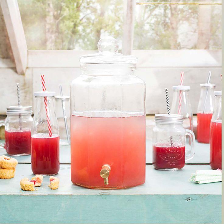 Servera kyld dryck i detta stora glaskärl med behändig kran i metall. En glasburk med kran i god kvalietet! Kranburkar med tappkran är populärt till fester