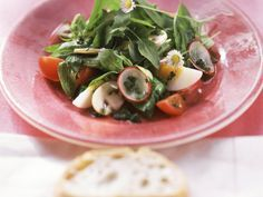 Bärlauch solltet Ihr unbedingt einmal als Salat genießen. Frühlingshafter Spinat-Bärlauch-Salat - smarter - Zeit: 20 Min.   eatsmarter.de